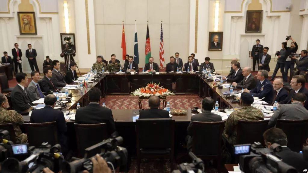 ▲资料图片:来自中国、美国、巴基斯坦和阿富汗的代表在阿总统府举行阿富汗问题会谈。(美联社)