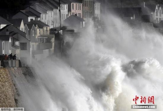 """英国气象局对北爱尔兰、威尔士西部、苏格兰西南部及曼岛地区发出了""""对生命安全造成潜在危险""""的黄色警报,提醒民众作好防灾准备。"""