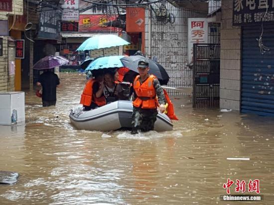 资料图:武警官兵撤离被围困民众,并给滞留民众送去饮用水和干粮。赵灿 摄