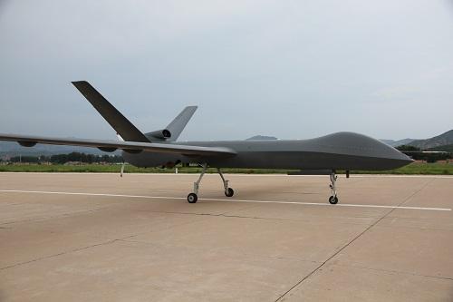 资料图:7月14日下战书,中国量产型彩虹五无人机在河北某机场完成首次试飞。新华社记者 白国龙 摄