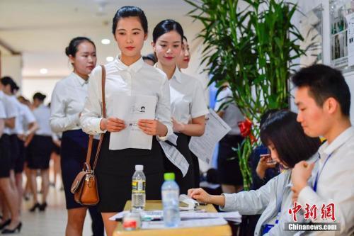资料图:正在到场校园招聘的大学生。中新社记者 骆云飞 摄