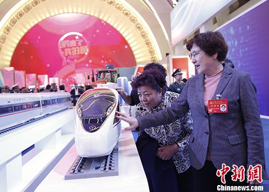 """10月19日晚,到场中国共产党第十九次天下代表大会的代表在北京展览馆观光""""砥砺奋进的五年""""大型成就展。 中新社记者 杜洋 摄"""