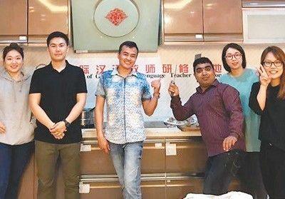 ▲阿斯兰(右三)在华东师范大学进修期间,与中国朋友在一起合影。