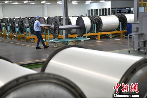 资料图:某工厂忙碌生产的工人。中新社记者 张浪 摄