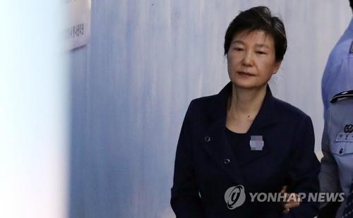 资料图片:10月16日上午,在首尔市中央地方法院,朴槿惠走向法庭。(韩联社)