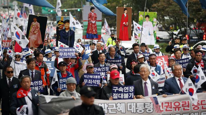 群众手持朴槿惠照片参与集会(资料图)