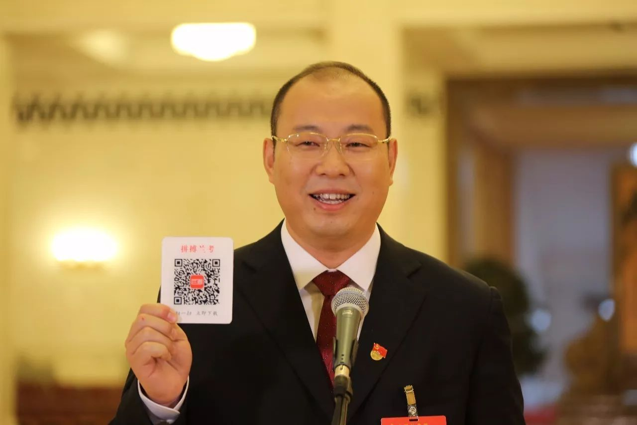 """△蔡松涛带来了一个二维码,内里见证了兰考三年来的转变,""""关注的话可以扫一下。"""""""