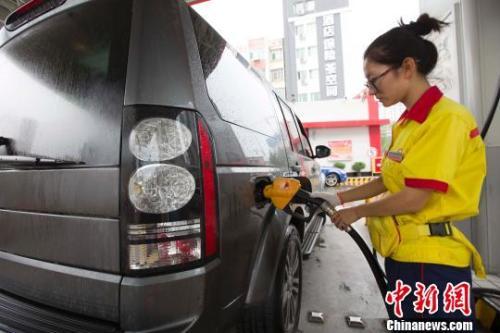 资料图:山西太原,私人车正在加油站加油。张云 摄