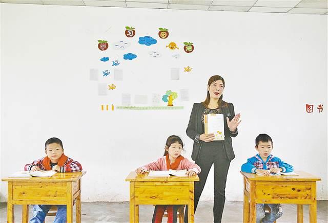 10月17日,大足区珠溪镇八角村小,康清秀老师在给三个孩子上语文课。记者 苏思 摄