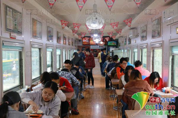"""图为""""火车餐厅""""内景。"""