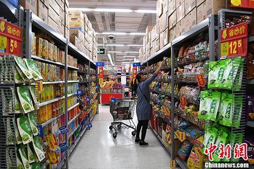 资料图:广西南宁某超市内,民众在选购食品。 中新社记者 俞靖 摄