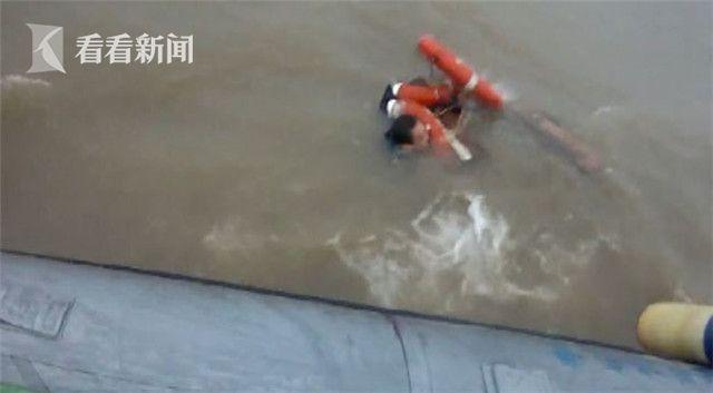 视频|江面风急浪高货运船疑违规出航沉没 搜救队火速出动12分钟救出2人