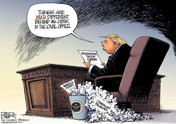 """▲[桌子后面]美国总统特朗普拿着""""阿富汗增派军队""""的新战略说:""""在椭圆形办公室的桌子后面,事情是很不同的。""""桌子后面,""""竞选承诺""""的废纸从纸篓溢出,纸篓里还有那个""""美国优先""""的政策。特朗普8月21日宣布的阿富汗新战略将驻阿美军增加4000人。(美国报刊漫画家协会网站)"""