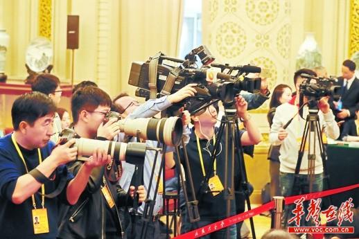 10月19日,中外媒体记者聚焦湖南代表团。 湖南日报记者 罗新国 摄