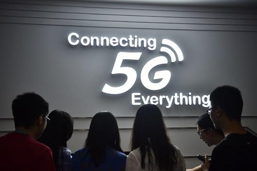 资料图:2016年5月31日,体验者在位于北京市的中国移动5G体验厅寓目5G装备。新华社记者 吴刚 摄
