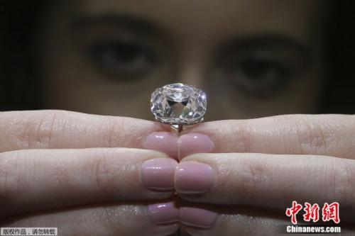 至少有七位法国国王和皇后佩戴过这颗巨大粉钻。