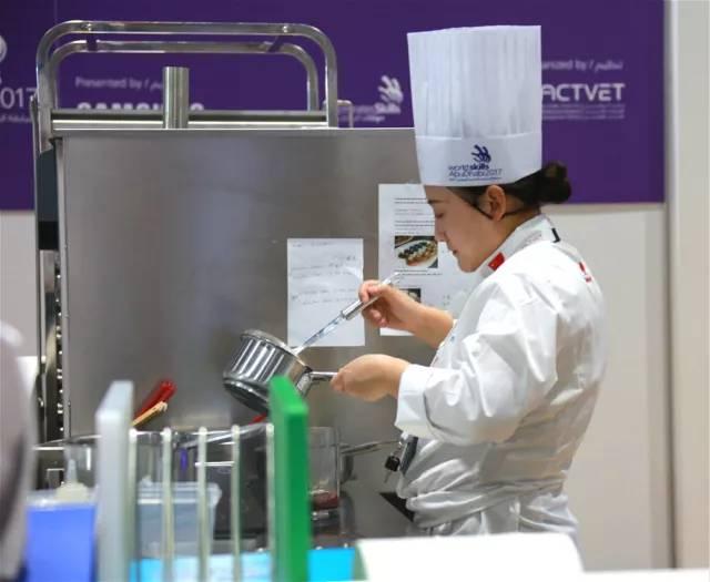 △烹饪(中餐)项目选手曲笛正在角逐