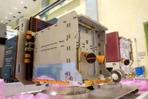 """资料图:位于台湾地区""""太空中心""""整测厂房的第一枚与第二枚卫星。图片来源:""""中央社"""""""