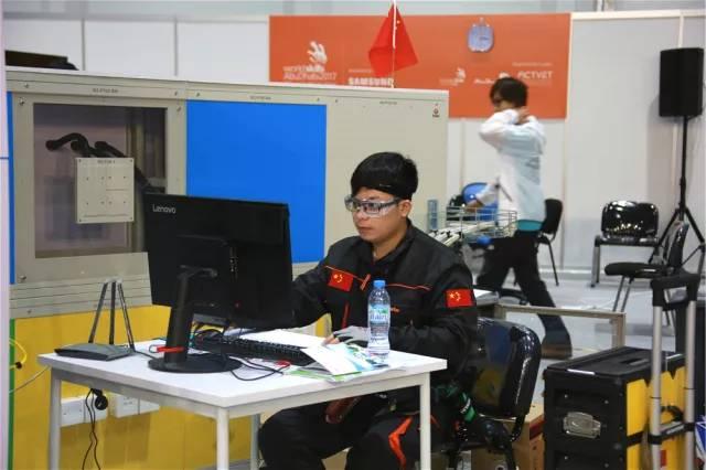 △信息网络布线项目选手梁嘉伟正在角逐