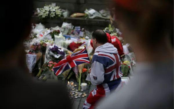 人们6月5日在伦敦悼念恐袭遇难者。新华社/法新