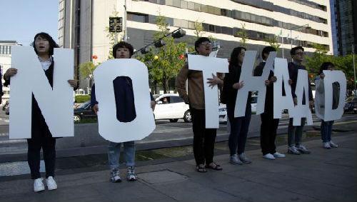 """2017年4月27日,在首尔光化门广场,民众在集会上手举反""""萨德""""标语。新华社记者姚琪琳摄"""