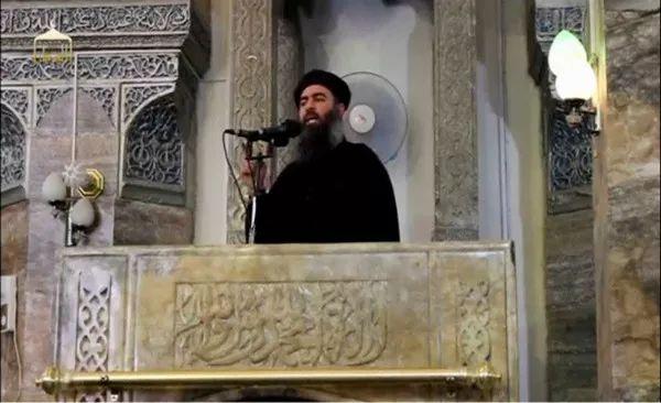 """2014年7月5日的视频截图显示,据称是""""伊斯兰国""""头目巴格达迪的男子在伊拉克一座清真寺讲话。新华社/路透"""