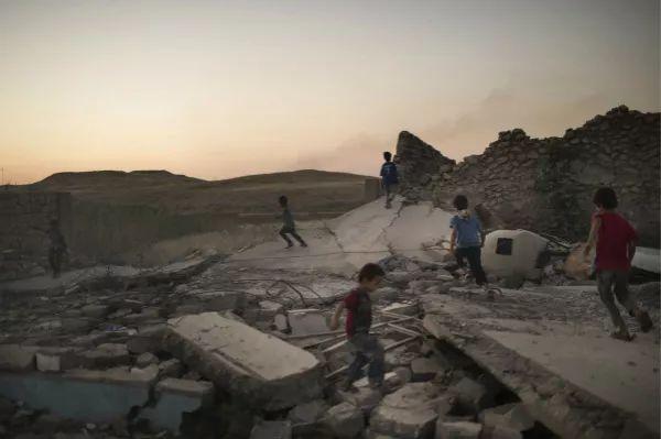 6月25日,伊拉克摩苏尔,孩子们在废墟上玩耍。新华社/美联