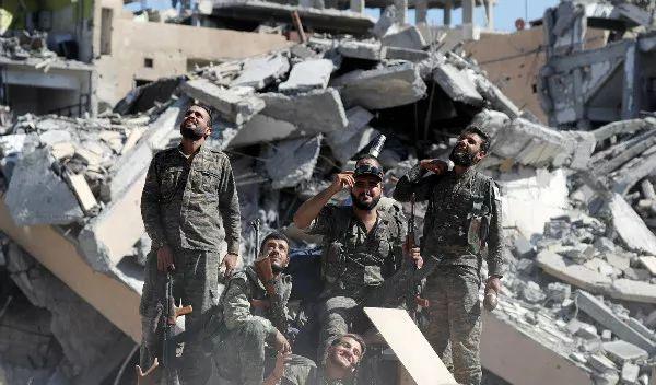 """""""叙利亚民主军""""士兵10月17日在拉卡。新华社/路透"""