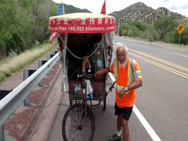 陈冠明在阿根廷境内拉着三轮车旅行。(图片来自社交媒体)