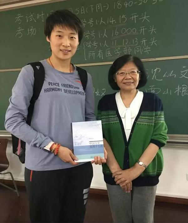 孙玉洁和老师的合影。