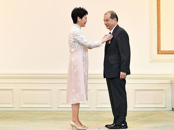 2017年勋衔颁授典礼10月21日在礼宾府举行,行政长官林郑月娥(左)颁授大紫荆勋章予张建宗。 香港政府新闻网 图