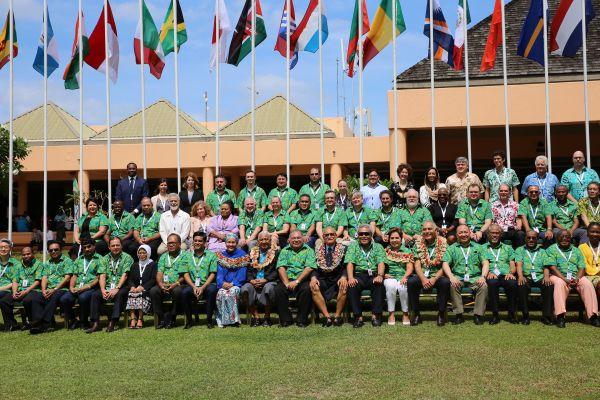 2017年10月17日,来自60多个国家和地域、国际机构、社会组织以及商业领域的向导人在斐济楠迪四周的丹娜努岛举行集会,为今年年底召开的团结国天气大会提供建议与支持。斐济总理姆拜尼马拉马及团结国常务副秘书长阿明娜·穆罕默德呼吁国际社会接纳配合行动,应对全球天气转变带来的挑战。图为17日在斐济楠迪四周的丹娜努岛,出席团结国天气大会前期集会的嘉宾和代表拍摄合影。新华社记者张永兴摄