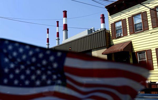 图为2015年8月3日拍摄的美国纽约长岛市雷文斯伍德电厂外景。当日,美国时任总统奥巴马公布《清洁电力企图》最终方案。该方案目的是到2030年将美国现有电厂碳排放量在2005年基础上削减32%。该方案扩大了各州实行企图的天真性,并增添了对可再生能源的扶持力度。新华社/欧新中文