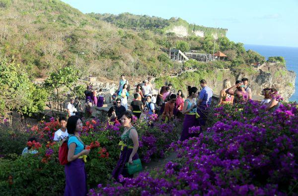 资料图:游客在印度尼西亚巴厘岛圣猴森林公园游览。新华社记者李鹏摄
