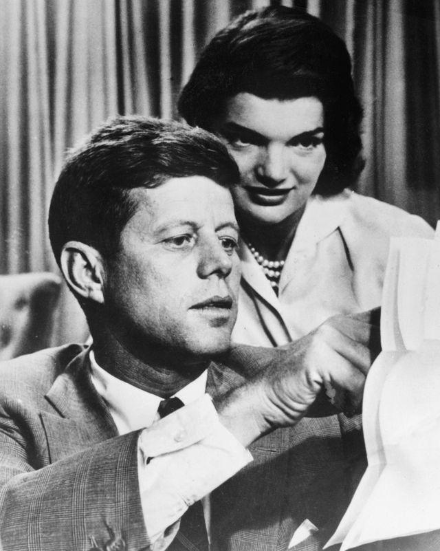 肯尼迪与妻子杰奎琳。(新华/法新)