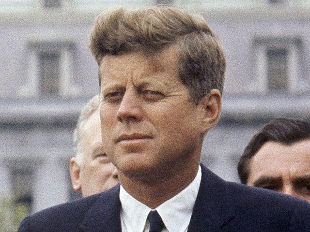 1963年4月20日,美国总统肯尼迪在白宫外。(新华/美联)