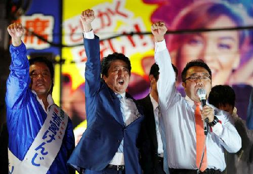 日本首相安倍(中)20日在东京出席竞选集会(路透社)