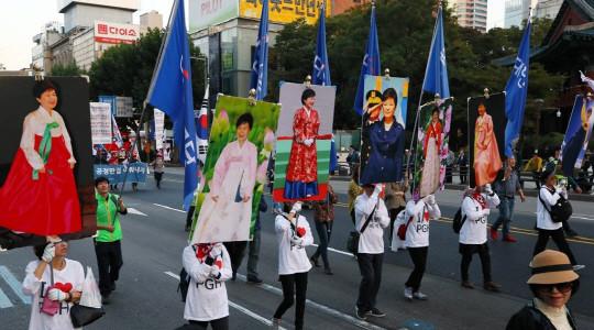 21日,韩国民众高举朴槿惠画像游行