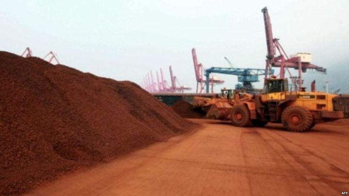 ▲含有稀土矿物的矿土在中国东部口岸装船,准备出口。(法新社)