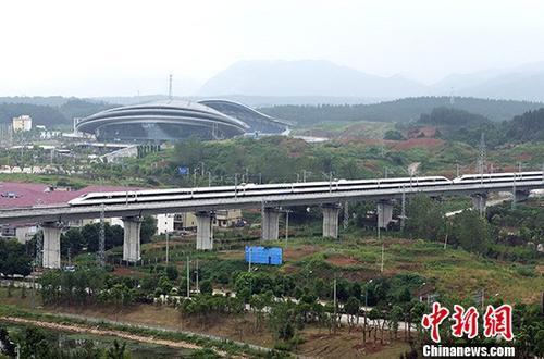 材料图:9月21日,一列动车行驶在武九客运专线江西省瑞昌市境内。当天,武九高铁全线守旧运营。