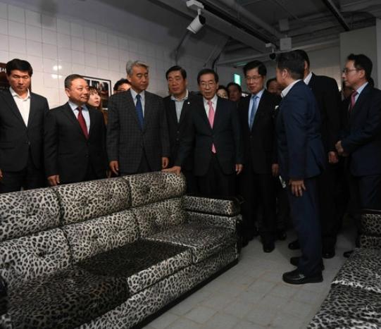 首尔市长朴元淳参观推测为朴正熙生前坐过的沙发(复原品)
