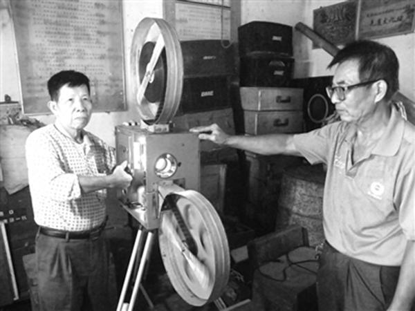 郑宏谋和杜邦先在放映电影时默契十足。 本文图均为 海南特区报 图