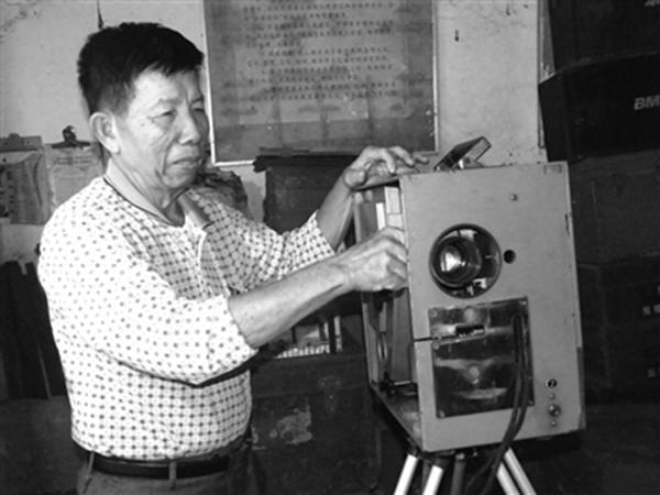 郑宏谋安装放映机。