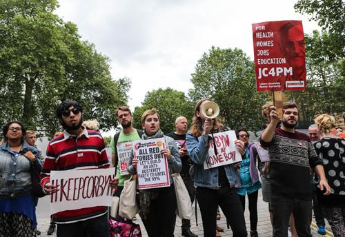 """资料图:2016年6月26日,在英国伦敦,一部分抗议者手举标语牌抗议""""脱欧""""公投结果。新华社记者韩岩摄"""