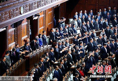 资料图:当地时间2017年9月28日,日本首相安倍晋三宣布解散众议院后,多名内阁成员举手欢呼。