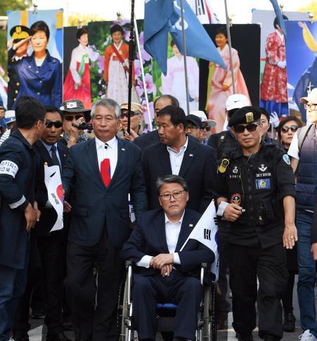 21日,绝食12天的议员赵源震坐轮椅现身
