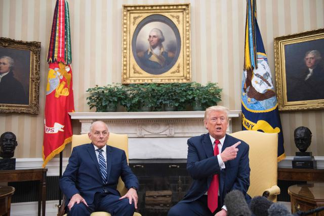 7月31日,在美國華盛頓,美國總統特朗普(右)與白宮辦公廳主任約翰·凱利進行會談。(新華/法新)