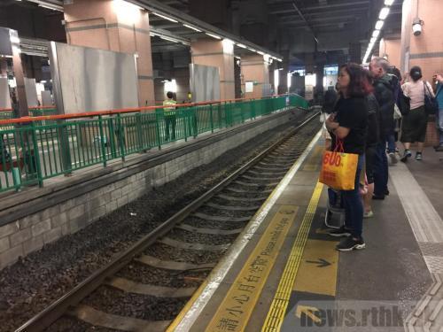 一名外籍男子涉嫌日前在香港元朗轻铁站,将一名清洁女工推落路轨,案件押后至12月18日再审。图片来源:香港电台网站。(谢馨怡摄)
