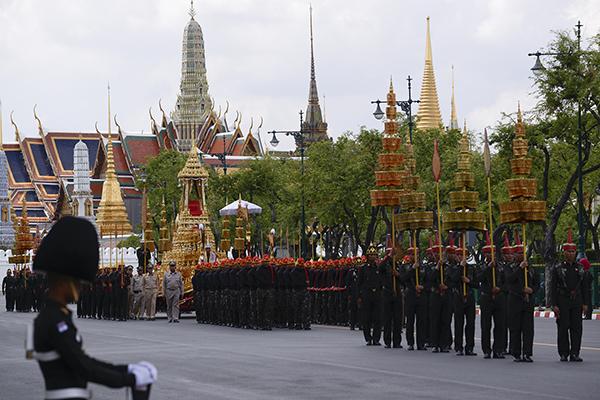 当地时间2017年10月21日,泰国曼谷,泰国举行已故国王普密蓬葬礼的彩排仪式。 视觉中国 图