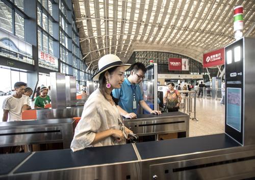 资料图:旅客通过脸部识别技术自助验证进站通道验票进站。 新华社记者 熊琦摄